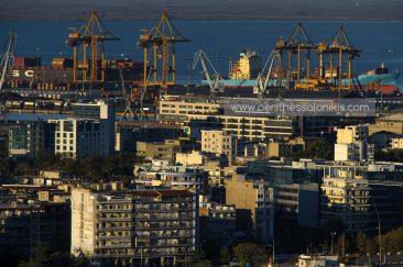 Thermaischer Golf, Gemeinde von Thessaloniki, Containerkräne im Hafen, Handelsschiffe, im Hintergrund der Nationalpark Axios Delta, Thessaloniki, Zentralmakedonien, Griechenland. © Aris Papadopoulos