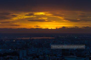 Ηλιοβασίλεμα πίσω από την Οροσειρά του Βερμίου, Θερμαϊκός κόλπος, Δήμος Αμπελοκήπων - Μενεμένης, στο βάθος η Λιμνοθάλασσα Καλοχωρίου, Θεσσαλονίκη, Κεντρική Μακεδονία, Ελλάδα. © Aris Papadopoulos