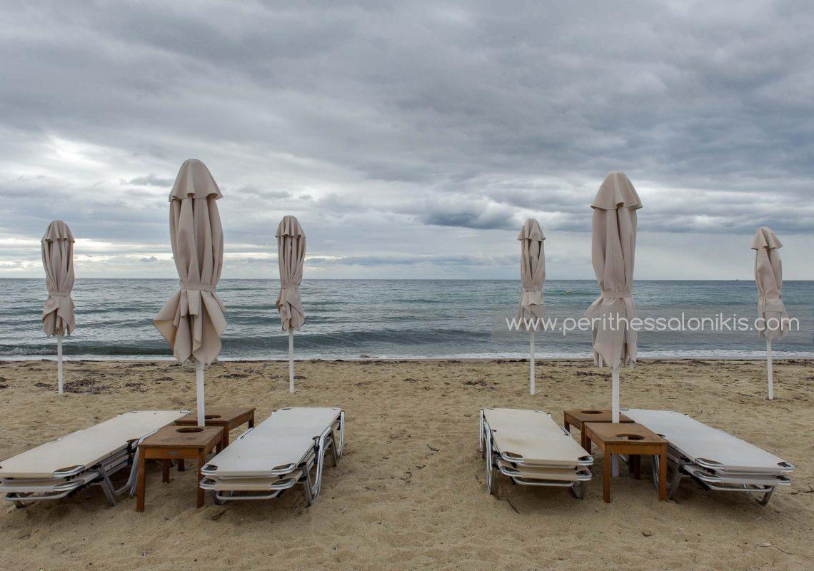 Die Beach Bars der Gegend bereiten das Einsammeln der Sonnenschirme vor, Potamos Epanomis / Griechenland. © Aris Papadopoulos