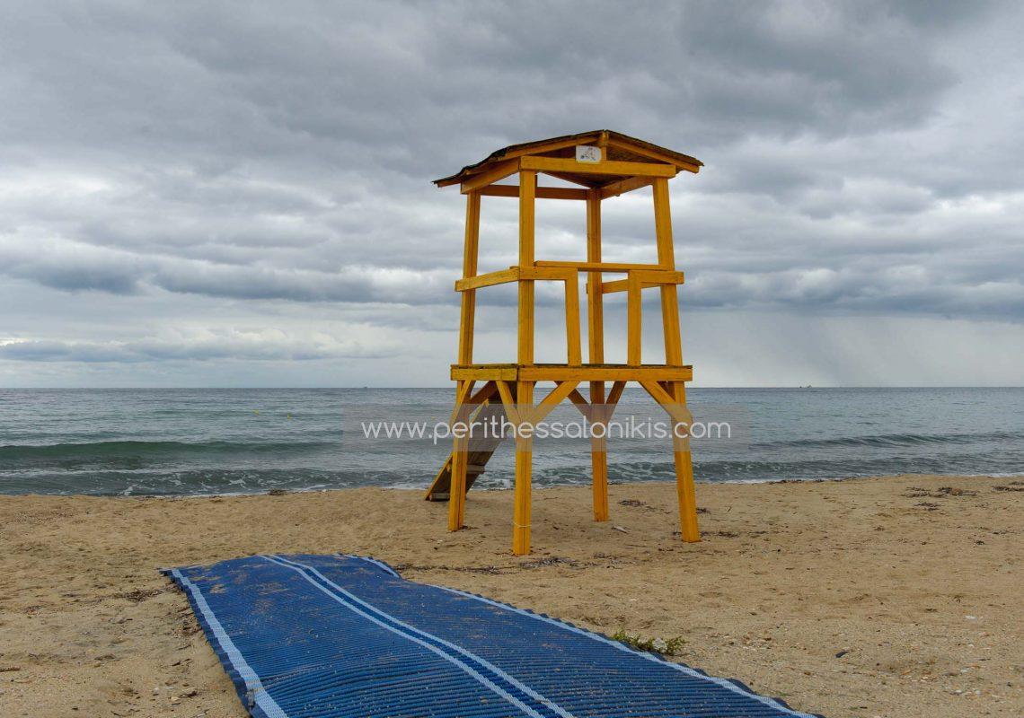 Der Platz des Rettungsschwimmers bleibt bis zum nächsten Sommer leer, Potamos Epanomis / Griechenland. © Aris Papadopoulos